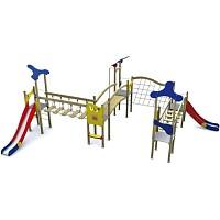 Spiellandschaft in klassischen Farben mit 2 Türme mit Rutschen, Brücke, Rampe Holz/ Metall EN1176