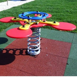 Federwipptier für 4 Kinder auf einem Spielplatz