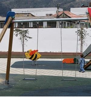 Federwippe Hummel für 1 Kind auf einem Spielplatz