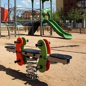 FENOKEE Doppelwippe Wipptier auf einem Spielplatz