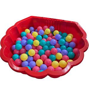 rote Wassermuschel mit 100 bunten Bällen